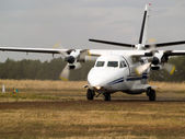Commuter plane on taxiway — Стоковое фото