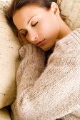 Mooie vrouw liggen en slapen — Stockfoto