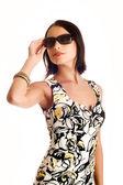 Ung kvinna som bär den stora moderna sungl — Stockfoto