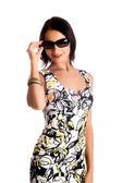 Mladá žena nosí velké moderní sungl — Stock fotografie