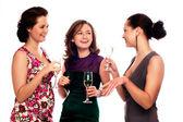 Drie jonge vrouwen genieten van champagne — Stockfoto