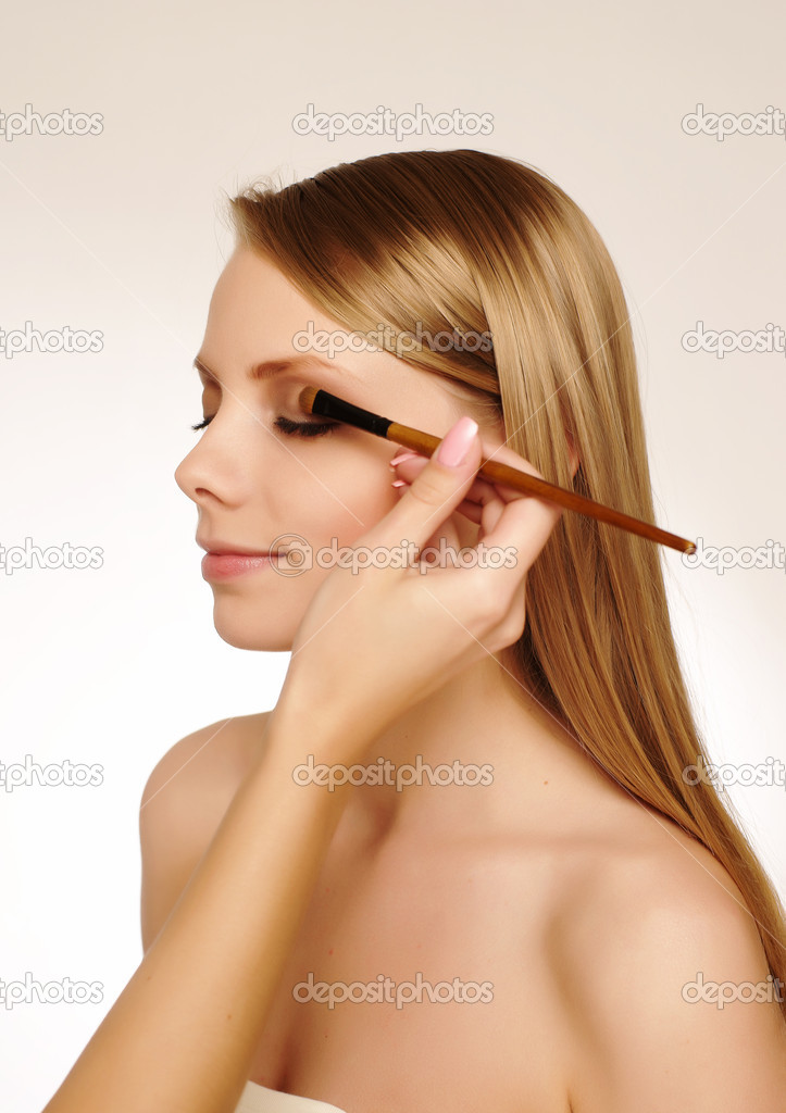 Pretty woman applying make up. — Stock Photo #1016109