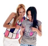 Jeunes belles femmes utilisant les etuis — Photo