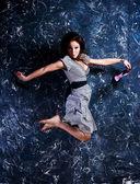 Mooie jonge vrouw in een stap-springen — Stockfoto