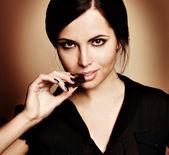 Mooie vrouw met een chocolade — Stockfoto
