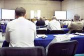 Het publiek luistert naar het acteren in een conferentiezaal — Stockfoto