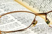 Erfolg durch eine brille — Stockfoto