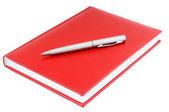 červený diář a stříbrné pero — Stock fotografie