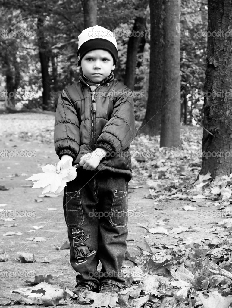 Black-and-white portrait of the boy in autumn park. A sight full of hope for the leaving favourite person. This farewell... — Stok fotoğraf #1023463