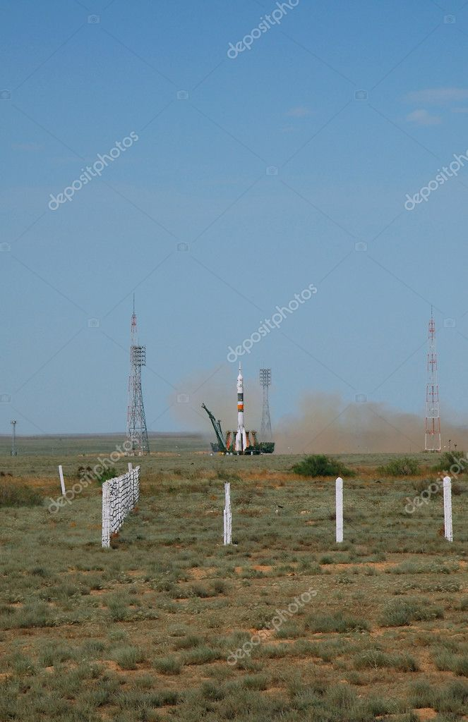 Russian Soyuz TMA-15 spacecraft launch from Baikonur cosmodrome, Kazakhstan on May 27, 2009. The crew includes: Bob Thirsk (Canada), Frank DeWinne (Belgium) and — Stock Photo #1055992