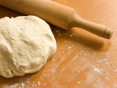 The fresh dough and rolling pin — Stock Photo