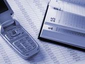 Telefon och dagliga bok — Stockfoto