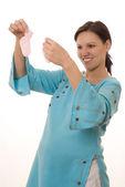 Donna si erge in un abito blu — Foto Stock