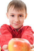 Kind hält einen apfel — Stockfoto