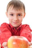Niño que sostiene una manzana — Foto de Stock