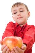 Chłopiec w czerwonej koszuli, trzyma jabłko — Zdjęcie stockowe