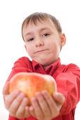 ребенок в красной рубахе держит яблоки — Стоковое фото
