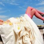 mujer en un vestido de novia — Foto de Stock
