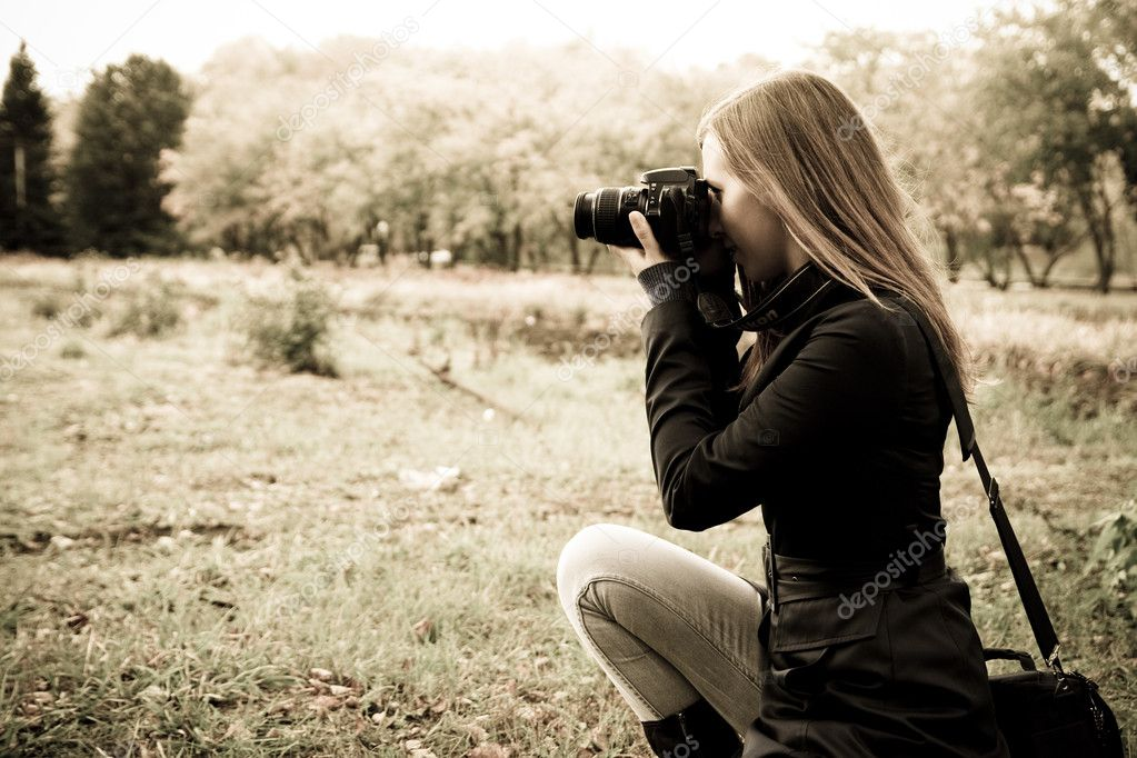 Woman the photographer on the nature — Stock Photo #1039580