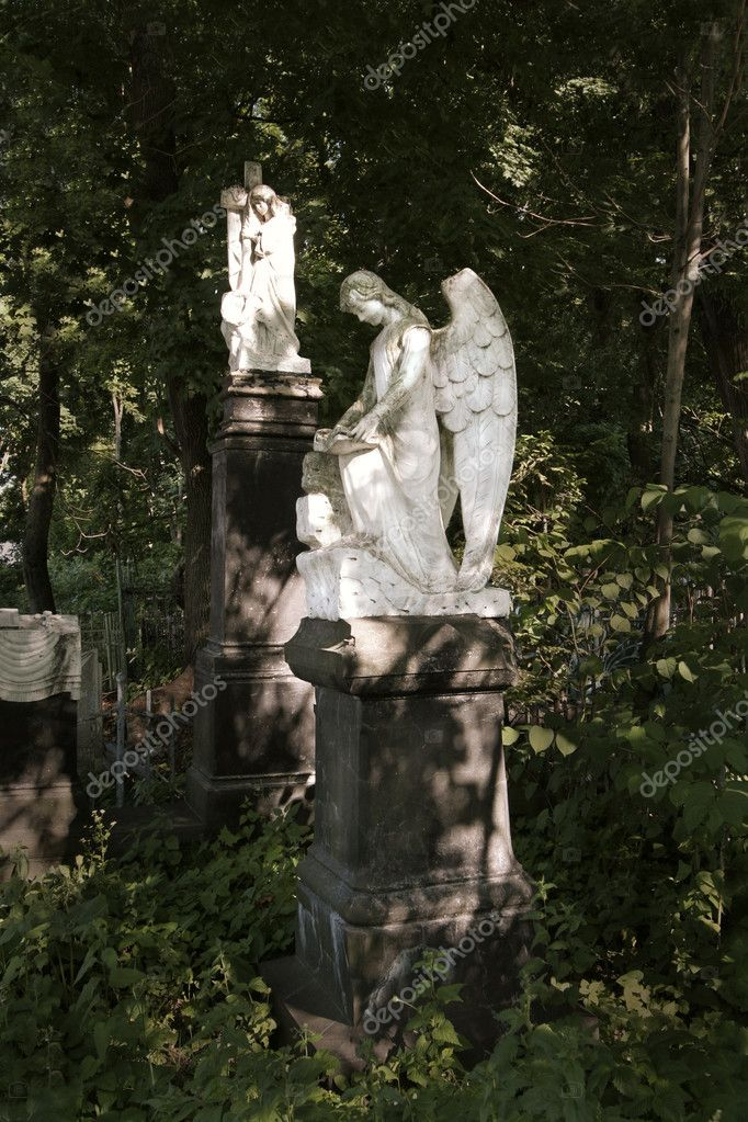 Monument in the form of an angel on an old cemetery — Stock Photo #1031697