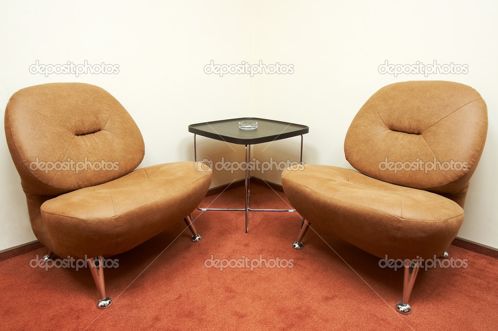 Two leather armchairs and ashtray on a table — Foto Stock #1034034