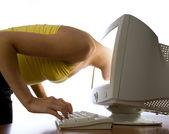 Ela se envolveu na internet communic — Fotografia Stock
