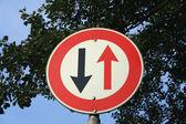 屈服于迎面而来的交通道路标志 — 图库照片