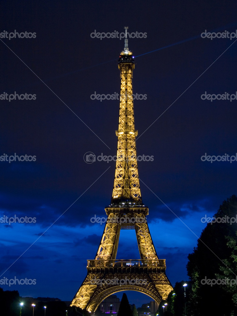 View on Eifel tower from Field of Mars at night — Stock Photo #1375823