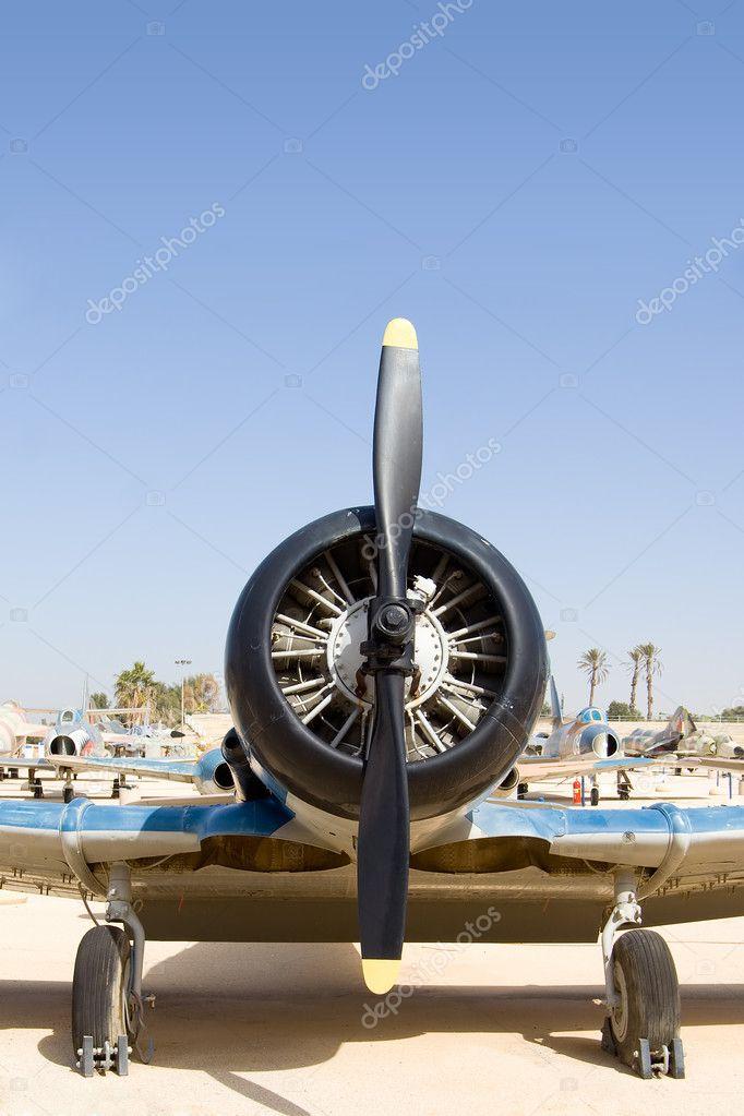 历史与黑色螺旋桨飞机— 照片作者 vladimir