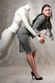 Mooie vrouw en een mannelijke mannequin — Stockfoto