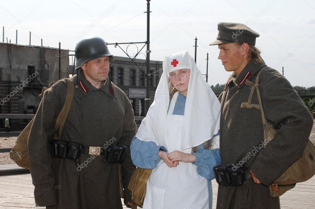 Old style picture with woman in nurse costume and two mans in soldier uniform. Costumes are authentic to the ones weared in time of  World War I. — Stock Photo #1467601