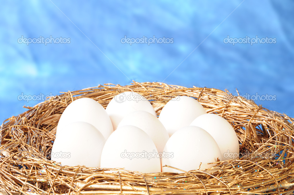 White eggs in golden nest — Stock Photo #1019427