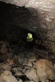 洞窟の終わりに光 — ストック写真