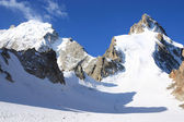Great glacier and a group of climbers — Stockfoto