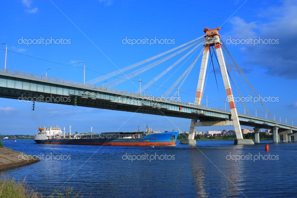 Oil tanker floats under the big guy bridge — Stock Photo #1033468