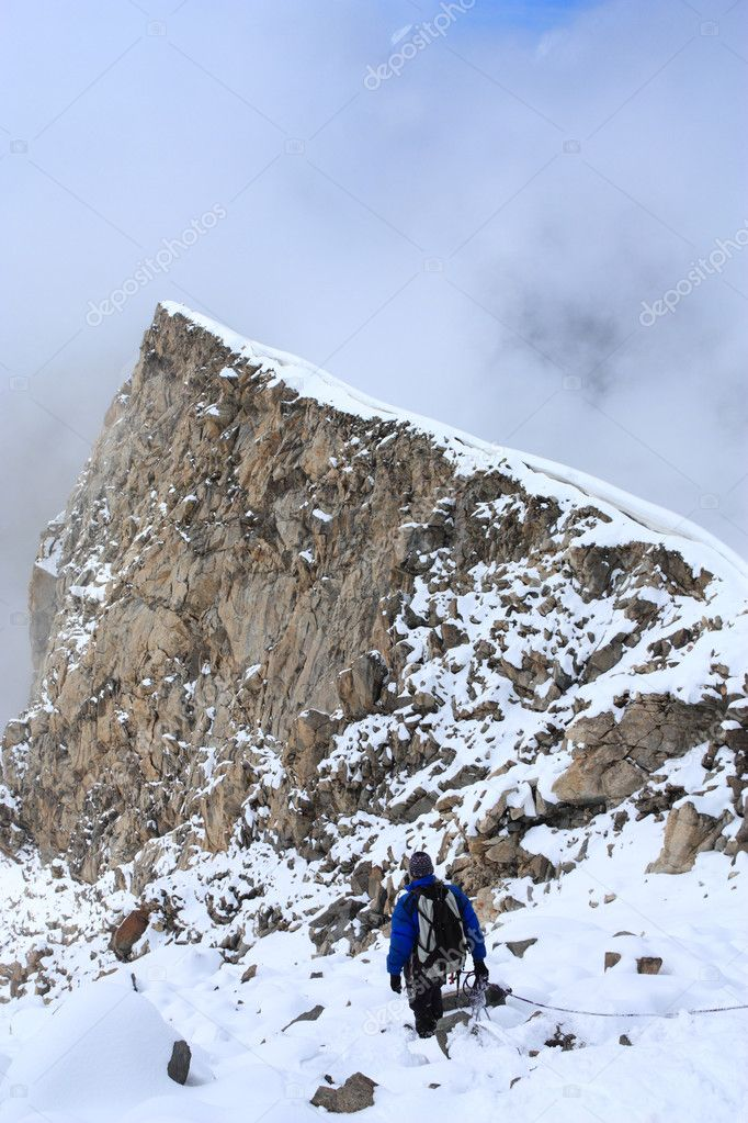 Lone climber goes down along the ridge of the mountain — Stock Photo #1033864