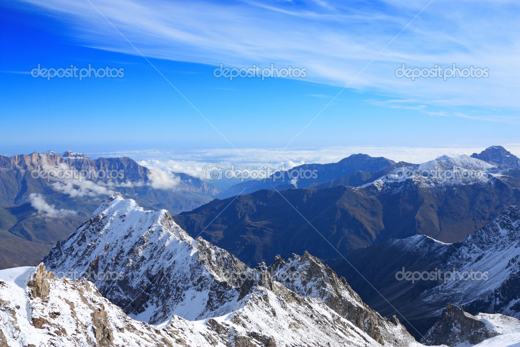 View from the top. Noticeably as winter gradually coming down from the mountains to the plain — Foto Stock #1033874