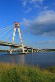 Navio pequeno e grandão ponte — Foto Stock