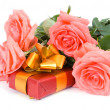 Roses and gift — Stock Photo