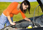 Woman repairing a motor vehicle — Stock Photo
