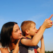 Mom son pointed to sky — Stock Photo