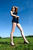 девушка на лугу — Стоковое фото