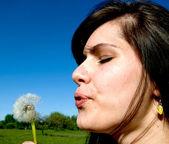 Garota no prado — Foto Stock