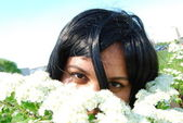 Black girl with white flowers — Stok fotoğraf