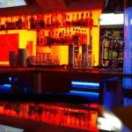stylový noční bar s moderním de — Stock fotografie