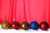 Noel topları kırmızı arka plan — Stok fotoğraf