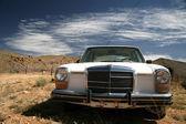 Старый автомобиль США в пустыне — Стоковое фото