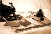 Vinobraní papír s starých knih, kamera — Stock fotografie