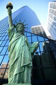 Statua della libertà e grattacieli — Foto Stock