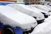 Great snowfall covered cars in city — Stock Photo